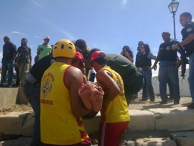 Corpo de Bombeiros e GTA auxiliaram no resgate da jovem (Foto: Geörge Gabardine/Divulgação)