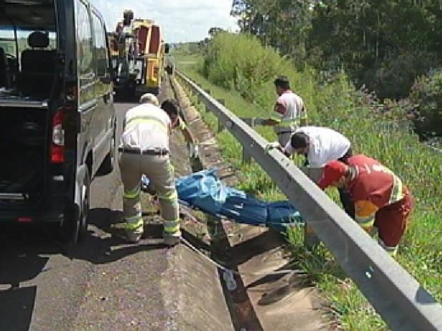 Corpo da vítima foi retirado da ribanceira  (Foto: Reprodução TV TEM)