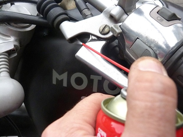 Lubrificação do cabo da embreagem da moto (Foto: Roberto Agresti)