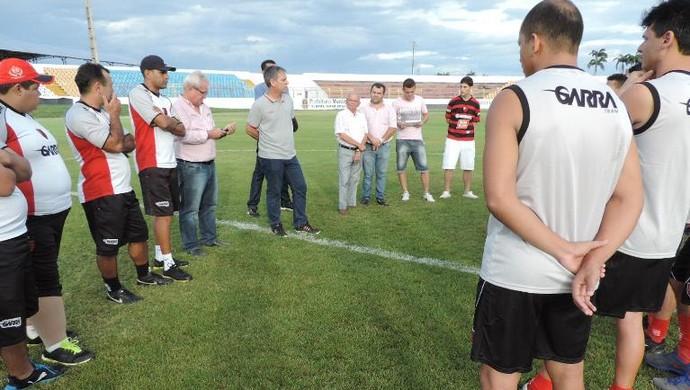 Técnico Edson Leivinha conversa com elenco do Guarany de Sobral (Foto: Divulgação / Edinardo Abreu )