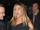 Jennifer Aniston esquece etiqueta no casaco em evento nos EUA