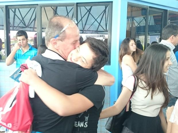 Sílvio Codogno, pai de Renan, abraça o filho na saída da prova (Foto: Marcos Lavezo/G1)