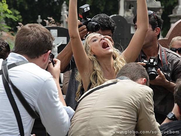 Poft! Brunetty se desequilibra e cai no meio do velório (Foto: Sangue Bom/TV Globo)
