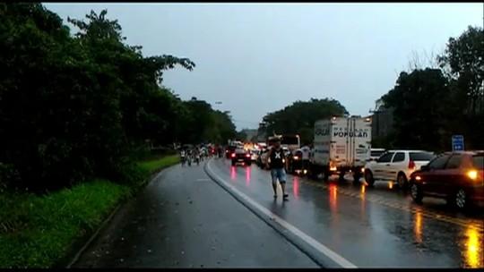 Manifestação de moradores fecha a BR-101 em Angra dos Reis, RJ