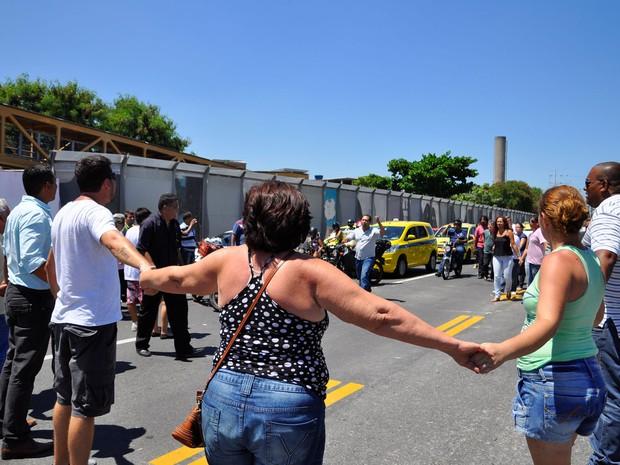 Amigos e familiares do taxista Alexandre Gonçalves de Almeida vítima do acidente com a passarela, na terça-feira (28), realizam em protesto na Linha Amarela, zona norte do Rio de Janeiro. (Foto: Erbs Jr./Frame/Folhapress)
