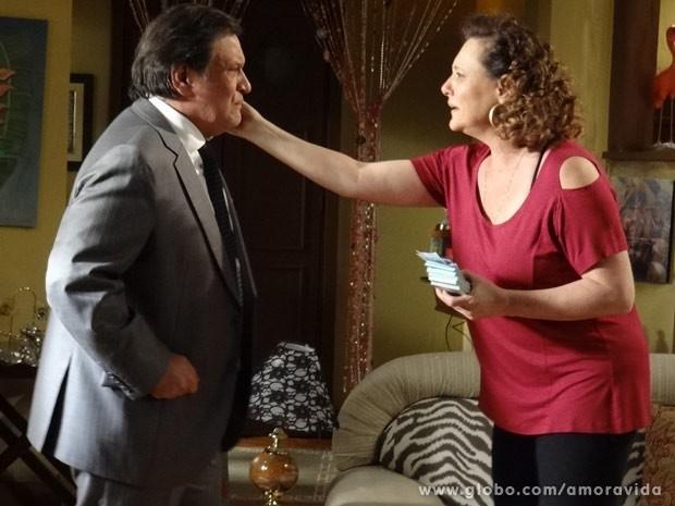 Márcia fica feliz com a volta de Atílio (Foto: Amor à Vida)