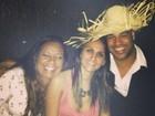 Adriano e namorada comemoram: 'Curtindo a gravidez entre amigos'
