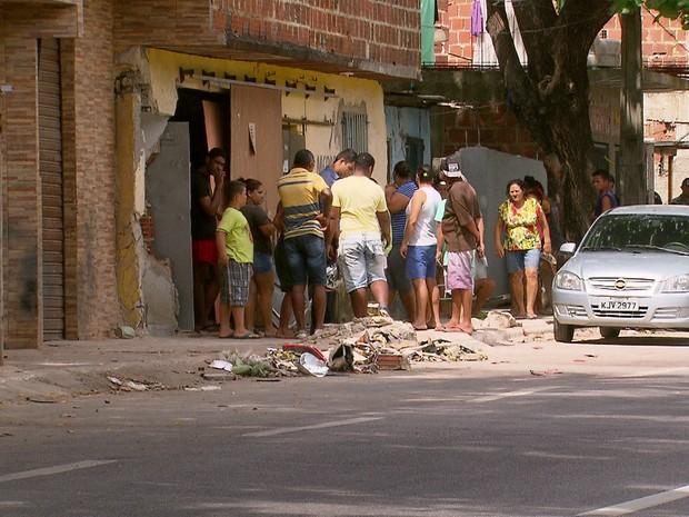 Carro se chocou contra imóvel após atropelar jovens em Boa Viagem (Foto: Reprodução/TV Globo)