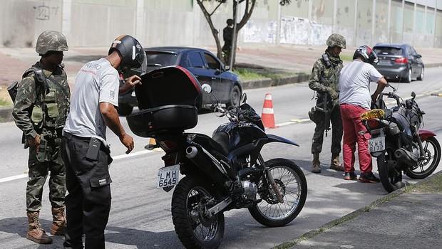 Militares das Forças armadas patrulham vias no Rio de Janeiro (Foto: Tânia Rêgo/Agência Brasil)