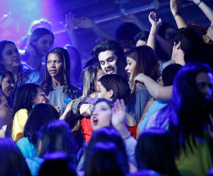Luan Santana chegou ao 'Domingão' pela plateia e levou as fãs à loucura (Foto: Ellen Soares/Gshow)