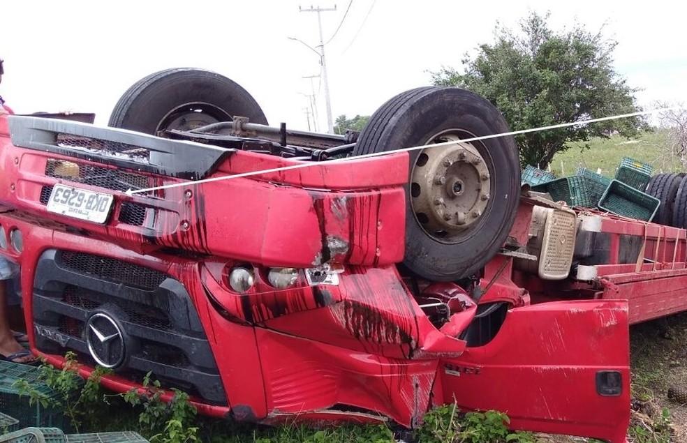 Caminhão ficou virado após tombar na RN 093, em São José de Campestre (Foto: O Paralelo)