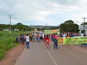 Manifestantes pró-Dilma interditam a rodovia federal BR-163, no município de Santarém (Foto: Adonias Silva/G1)