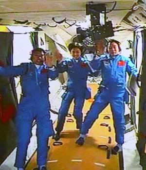 Os astronautas chineses Liu Wang, Jing Haipeng e Liu Yang, na Shenzhou 9 nesta segunda-feira (18) (Foto: AP)