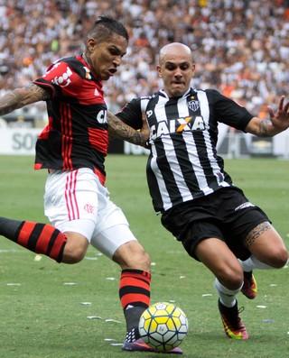 Guerrero e Fabio Santos Atlético-MG x Flamengo (Foto: Agência Estado)