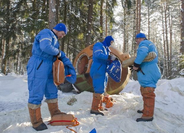 Astronautas fizeram treinamento nesta quarta-feira (23), em campo de preparação na Rússia, nos arredores de Moscou. Três deles - o alemão Alexander Gerst, o russo Maxim Suraev e o americano Gregory Wiseman - estão se preparando para uma missão na Estação  (Foto: Sergei Remezov/Reuters)