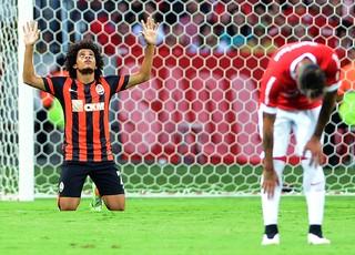 Taison comemora gol do Shakhtar contra o Internacional (Foto: Edu Andrade / Agência estado)