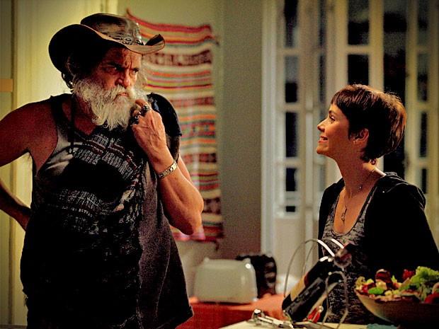 Nina compra silêncio de Nilo e o convida para dormir em seu quarto (Foto: Divulgação/TV Globo)