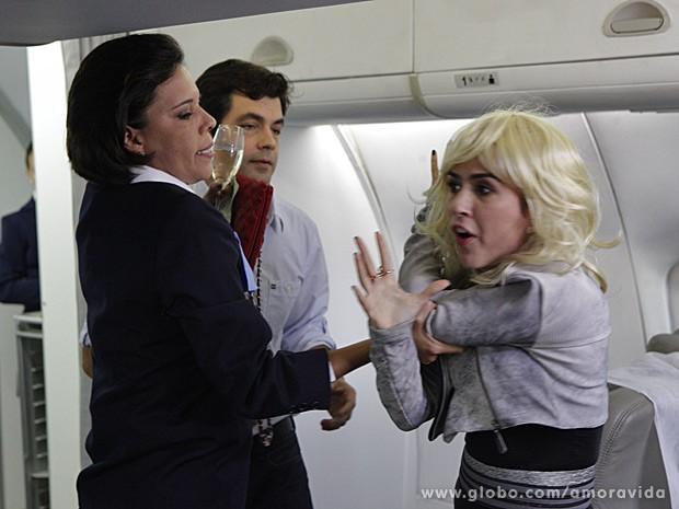 Valdirene é expulsa à força por aeromoça (Foto: Amor à Vida / TV Globo)