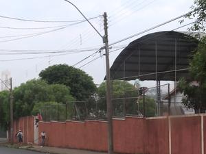 Alunos pularam muro para entrar na Escola Estadual Prof. Arlindo Bittencourt (Foto: João Victor Néo/ EPTV)