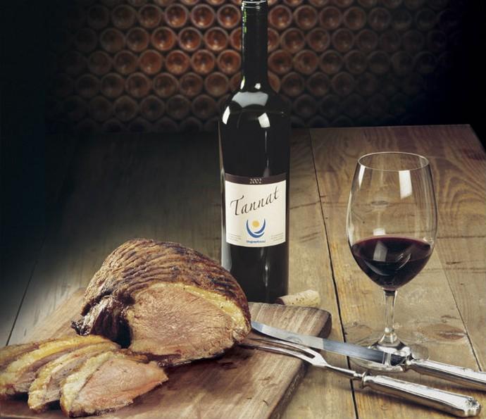 Experimente o vinho e se delicie com a carne servida no país (Foto: Divulgação)