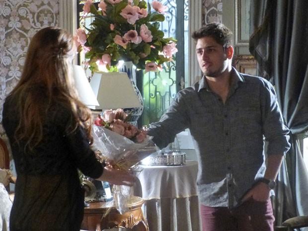 Rogério se aproxima ainda mais de Nicole (Foto: Amor à Vida/TV Globo)