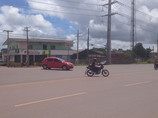 Mesmo proibida, motoristas fazem conversão irregular na BR-210, no Brasil Novo  (Foto: John Pacheco/G1)