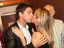 Danielle Winits ganha beijo do namorado após estreia de peça