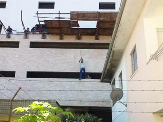 Trabalhador fica pendurado em andaime em Santos, SP (Foto: Claudinei Parada de Almeida/Arquivo Pessoal)