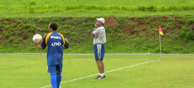 Técnico Paulo Roberto observa jogo-treino do elenco do Rio Claro (Foto: Assessoria RCFC)