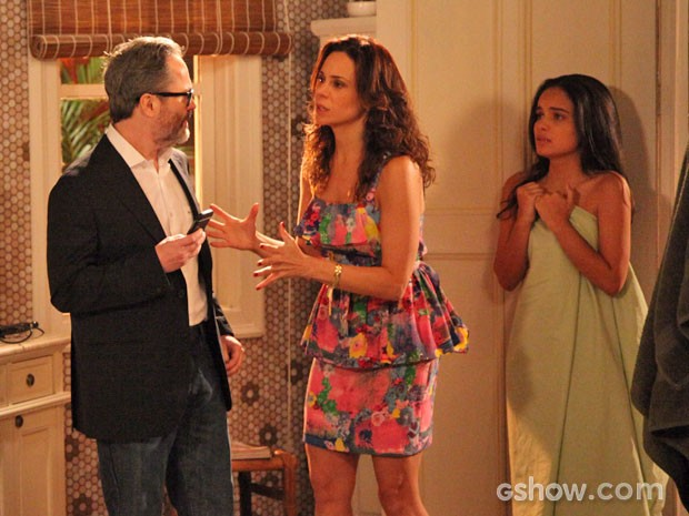 Juliana tenta impedir Fernando de ligar para a polícia (Foto: Carol Caminha / TV Globo)