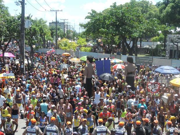 Camburão estreou novo percurso, trocando Avenida Boa Viagem pela Dantas Barreto (Foto: Katherine Coutinho / G1)