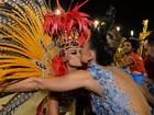 Sabrina Sato dá selinho em Thaila Ayala após desfile na Sapucaí