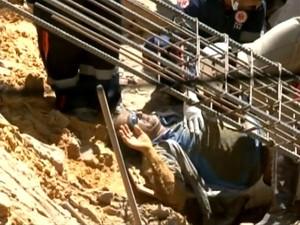 Operário fica soterrado, mas é socorrido e passa bem (Foto: Imagens/TV São Francisco)