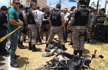 Suspeito foi preso após ser perseguido por equipes da Força Tática da Polícia Militar em João Pessoa (Foto: Walter Paparazzo/G1)