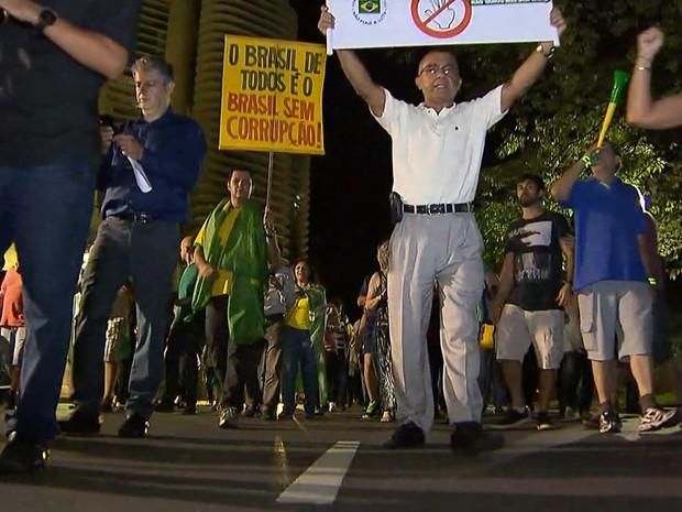 Grupo que não concorda com nomeação de Lula se reuniu no fim da tarde desta quarta-feira (16) na Praça da Liberdade, em Belo Horizonte (Foto: Reprodução/TV Globo)