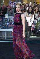 Scarlett Johansson aposta em macacão colorido em première