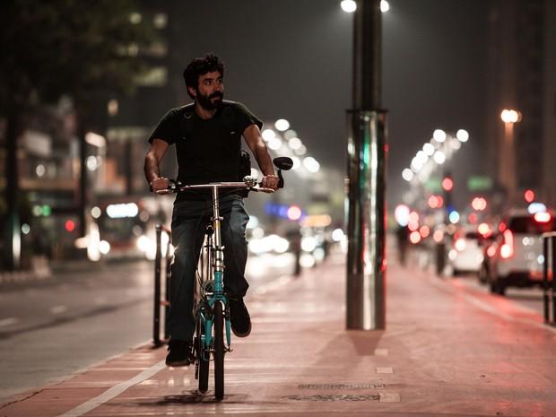 11/08/2015 - Homem pedala na ciclovia da Avenida Paulista, em São Paulo, durante a noite (Foto: Marcelo Brandt/G1)