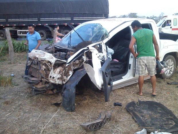 Parte frontal da caminhonete ficou totalmente comprmetida após acidente (Foto: Divulgação/PRF)