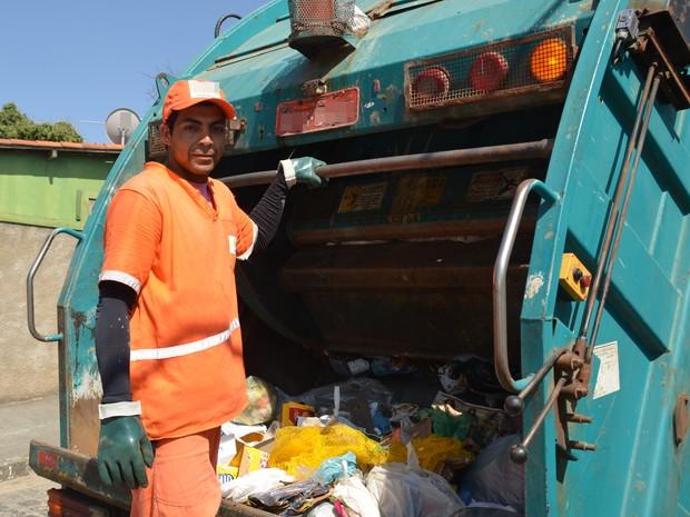 Luiz Carlos trabalha na coleta de lixo em Campina Grande há mais de sete anos e espera que cidade continue crescendo (Foto: Artur Lira/G1)