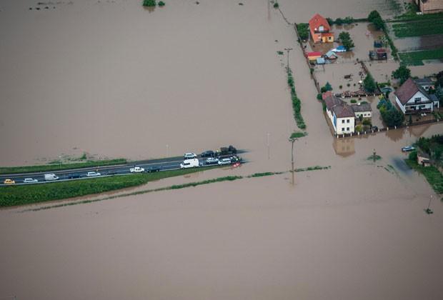 Imagem aérea mostra rodovia alagada em Terezin, ao norte de Praga (Foto: CTK, Radek Petrasek/AP)