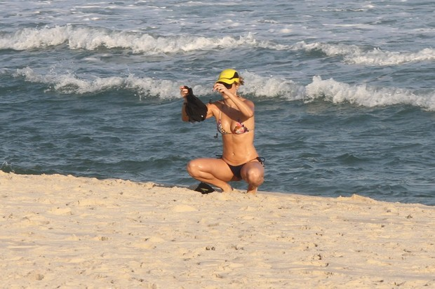Christine Fernandes na praia da Barra (Foto: Marcos Ferreira / Foto Rio News)
