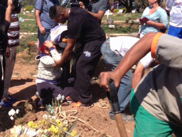 Irmã de Rodrigo se desespera e tem que ser segurada (Foto: Paula Paiva Paulo/G1)