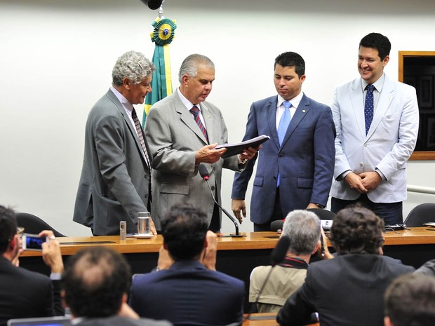 O relator do Conselho de Ética, deputado José Carlos Araújo (PR-BA), entrega parecer favorável à cassação do ex-presidente da Câmara Eduardo Cunha (PMDB-RJ), em Brasília (Foto: Zeca Ribeiro/Câmara dos Deputados)
