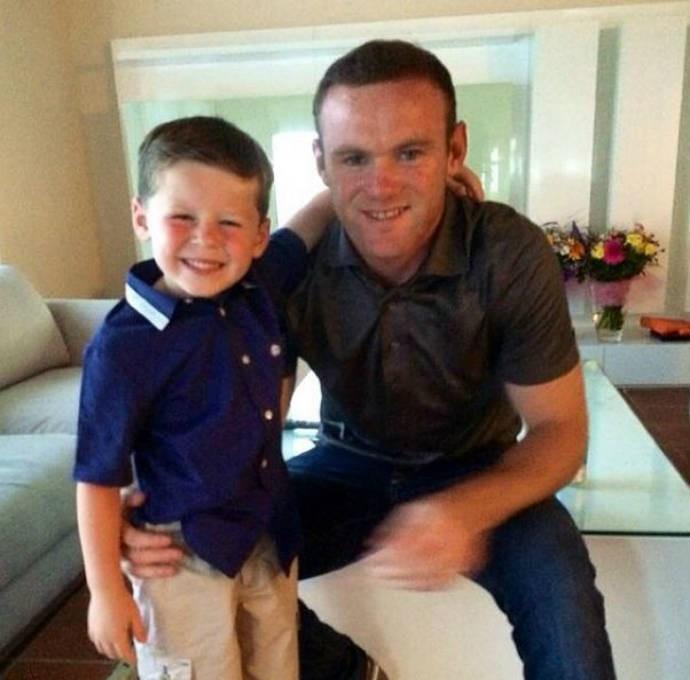 Kai posa ao lado do pai Rooney (Foto: Reprodução)