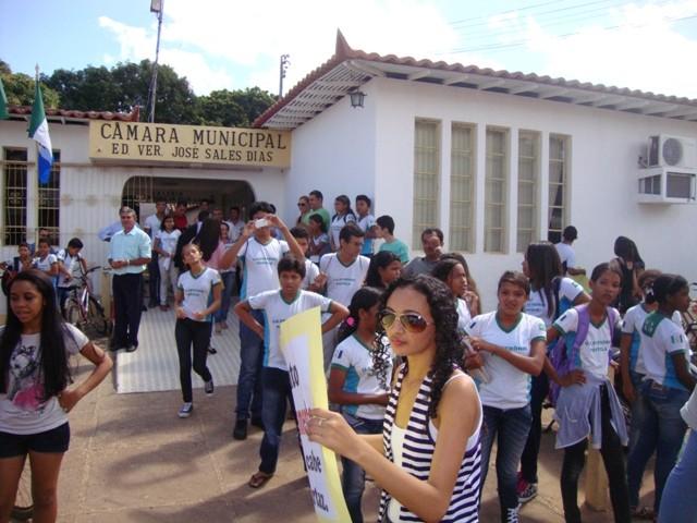 Manifestantes ocupam Câmara Municipal de Esperantina durante protesto (Foto: Kiara Alves)