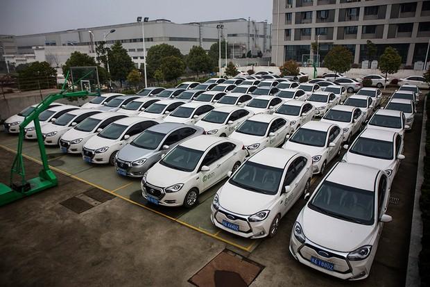 Frota de veículos elétricos compartilhados da Happy EV em Wuhan, na China (Foto: Wang He/Getty Images News)