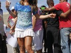 De sainha branca, Sabrina Sato torce pela Vila Isabel