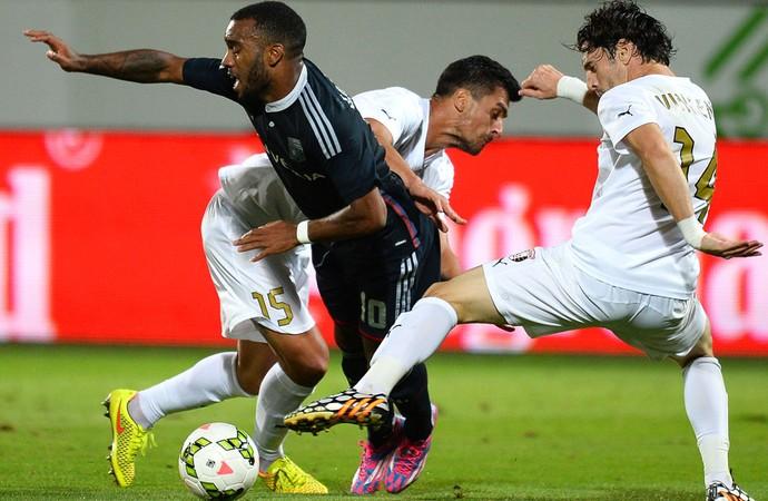Jogador do Lyon cai após disputa de bola (Foto: AFP)