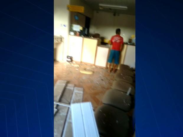 Explosão foi tão forte que danificou o interior da unidade dos Correios do município de Cedral (Foto: Reprodução/TV Mirante)