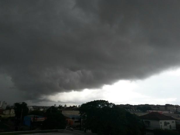 Céu de Campo Grande na tarde desta segunda-feira (1º) (Foto: Glaucea Vaccari/G1 MS)